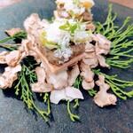 GITA - 菊芋と芽キャベツの一口パイ  キノコは飾り