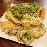 太常うどん - 野菜天ぷら盛合せ(900円・外税)と九条葱天(200円・外税)×4