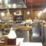 蕎麦・天ぷら 権八 - カウンター席 オープンキッチン