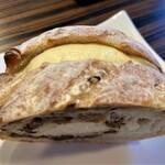 144360455 - レーズンバターサンド ハード系のパンにレーズンをたっぷりと入れ、さらにバタークリームをたっぷりとサンドしたパンです。 バタークリームですが、濃厚でバターの風味が余韻として残るのが印象的です。 レーズンとバタークリームの相性が抜群です(^^♪