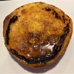 144360456 - プレザンヌ 薄いパン生地を器にして、クレームブリュレを入れて焼き上げたパンです。 表面の焦がしたクリームがカラメルのようで、パリパリとして苦みがあり良いです♪