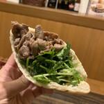 ボア・セレスト - ラム肉とパクチーのピタサンド