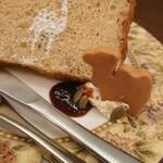 森のらくだ - シフォンケーキ※この日はバナナ✨最高級小麦粉「宝笠」と菩提樹のはちみつが使われ、ふわふわ&しゅわり!さらにバナナのジャム!?ほろ苦くて生クリームの甘さとベストマッチ!バタークリームは白ワイン入り♪