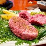 地鶏の里 永楽荘 - 手前 黒牛ヒレステーキ、 奥 黒牛 ハラミステーキ