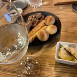 神田 日本酒バル 酒趣 - お通しはパン!