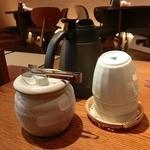 石塀小路 豆ちゃ - お茶や漬物が置かれています