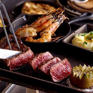 名物!鉄板アイロンステーキはテーブルまで熱々のままご提供!