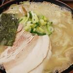 ラーメン屋 アジト - 料理写真:ワンタン麺(中太麺固)750円込マイルドクリーミー豚骨