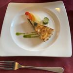 ルミディ - 料理写真:ほうれん草とサーモンのキッシュ、ピクルス添え。 外はカリッと中は柔らか。良い前菜ですねー
