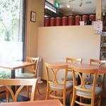 ティーハウスマユール - こじんまりしたカフェスペース。