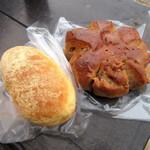 スペイン石窯パン513BAKERY - 料理写真:くるみパン(194円)と昭和の揚げパン(118円)