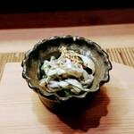 Sushidokoromiyakowakemise - 肥前赤クラゲの胡麻酢和え。酢で〆たクラゲの胡麻和え、歯ごたえが良い