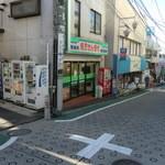 ハリッツ - 慶應堂さんに向かって左の路地(自販機の列の方)を入ってすぐです