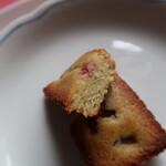 メゾン ド フルージュ - 苺とピスタチオのフィナンシェ 断面