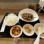 餃子酒場 - 日替わりランチメニューから牛肉の細切り黒胡椒炒め定食¥850
