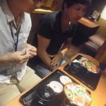 はなの舞 - M山氏は生姜焼き丼、胴元はステーキ丼をチョイス