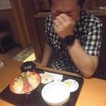 はなの舞 - 海鮮丼を大盛りにしたJIROCK氏。大盛り分のご飯は、なんと別のお茶碗に!w