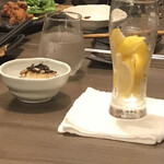 144497928 - レモンたっぷりのレモンサワー。レモンは氷の代わりにキンキンですわ。