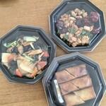 楽山 - 色どり野菜炒め990円、鶏肉とカシューナッツの唐辛子炒め1,100円、春巻670円