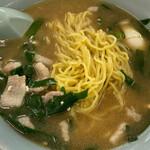 144506595 - 具はブタ、ニラ、温泉玉子 ※麺もスープも熱々でした