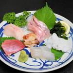 神月 - 料理写真:2012.8 おまかせ刺身盛(1,000円)マグロ、サワラ、金目鯛、ホラ貝、マコカレイ、生タコ