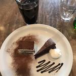 144513780 - パティシエの気まぐれデザートセット1166円。黒板メニューから2品を選べる一皿です。ティラミスは苦味不足も好みのタイプ、ガトーショコラは本格的で、大満足です(╹◡╹)