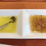ビストロ プティル - パンにつけるオリーブオイルと、自家製ジャム