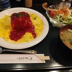 写楽 - 料理写真:オムライスには、サラダと味噌汁