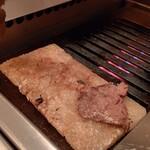 96 NIKUHOLIC - 肩三角 (クリ) を岩塩プレートで焼きます