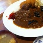 太川 - ナスとコロッケカレー+しじみ汁 630円。