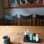 花祭 - 料理写真:客席。しばらくするとお茶が来ました。