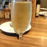 アロッサ - まずはスパークリングワイン(500円)