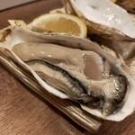 海鮮立呑 牡蠣スタンド - 料理写真:岩手県気仙町産デカイ