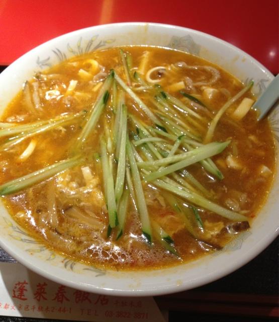 蓬莱春飯店 千駄木店 - 酸辣油麺(880円):スーラータン麺なのにキュウリが入っていて、味のアクセントになってます