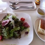 ハーベストタイム - サラダと自家製フォカッチャ