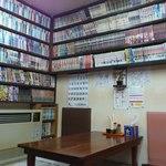 食事処 三平 - 店内は漫画の本でいっぱいです(2012年8月)。