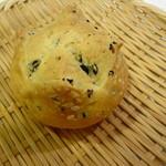 ロワゾー・ド・リヨン - オリーブの入ったパンはワインに合わせる用