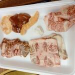 精肉店直営 近江牛直売所 - 肉は席に持ってきてくれます