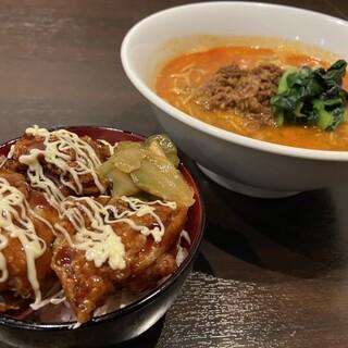日曜日、木曜日の日替わりランチ「唐揚げ丼セット」