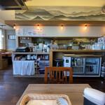 Shikaken - 店舗内部の様子。中央に厨房
