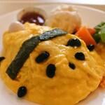 上野グリーンサロン - まずはぬぬちゃんが注文した、オムライスdeパンダ1080円。パンダちゃんのお顔と手足は黒豆。パンダのしっぽはよく黒色だと間違われがちだけど、正しくは白色なんだよ。
