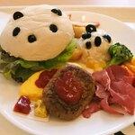 上野グリーンサロン - ボキは、サンドdeおやこパンダ1380円。お子様ランチみたい!ハンバーガーとポテサラで親子パンダになってるよ。