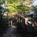 山ばな平八茶屋 - 入口から建物までの通路