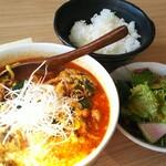 Youganyakinikutoichi - ユッケジャンラーメン 980円、ご飯とサラダが付きご飯のお代わり無料になります