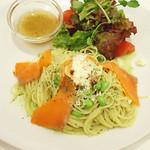 フラッグス・カフェ 新宿店 - サーモンのハーブスパゲッティ 。