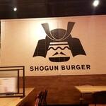 秋葉原メンゲキ酒場 - SHOGUN BURGERとの間に仕切りが…
