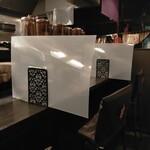 麺屋永吉 花鳥風月 - コロナ対策!大きくて、お洒落な半透明のパーテーション席の間隔は1メートル!女性のおひとり様に大好評!