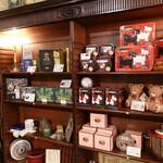 イル レヴァンテ - 缶入りビスケットと紅茶