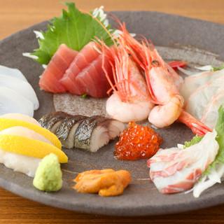 直送で仕入れる新鮮な魚介類。刺身のほか鍋もオススメです◎