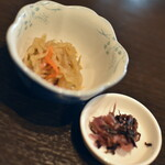 ごま料理 蔵馬 - ランチ共通の小鉢と漬物2021年1月